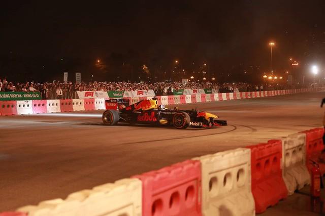 Xe đua F1 lao qua như cơn gió trước khu vực sân vận động Mỹ Đình, ngàn người hò reo - Ảnh 3.