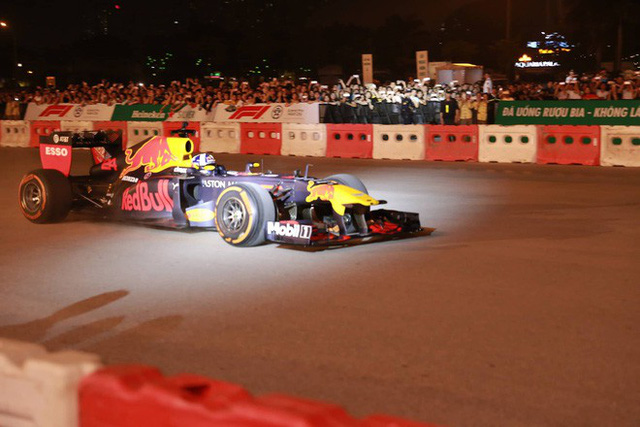 Xe đua F1 lao qua như cơn gió trước khu vực sân vận động Mỹ Đình, ngàn người hò reo - Ảnh 5.