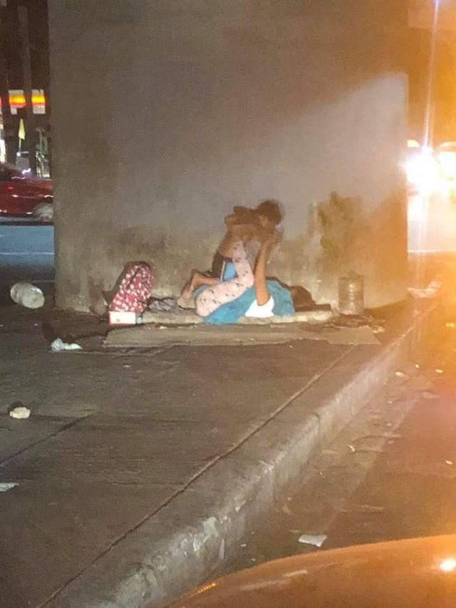 Người mẹ vô gia cư bên góc phố và trò chơi xích đu cùng con trai nhỏ: Dù ở đâu mẹ cũng mang cho con tuổi thơ trọn vẹn nhất - Ảnh 2.