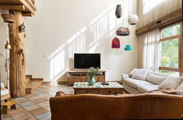 Mẹ đơn thân cùng hai con bỏ phố về quê, tận dụng áo len hỏng cùng gỗ tái chế để cải tạo ngôi nhà cũ thành không gian sống yên bình - Ảnh 1.