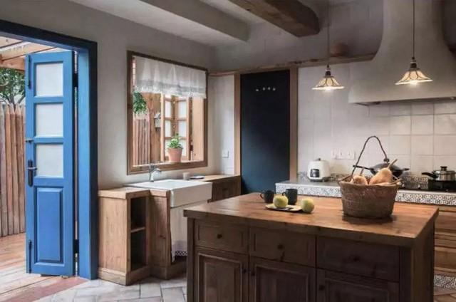 Mẹ đơn thân cùng hai con bỏ phố về quê, tận dụng áo len hỏng cùng gỗ tái chế để cải tạo ngôi nhà cũ thành không gian sống yên bình - Ảnh 19.