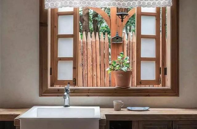 Mẹ đơn thân cùng hai con bỏ phố về quê, tận dụng áo len hỏng cùng gỗ tái chế để cải tạo ngôi nhà cũ thành không gian sống yên bình - Ảnh 20.