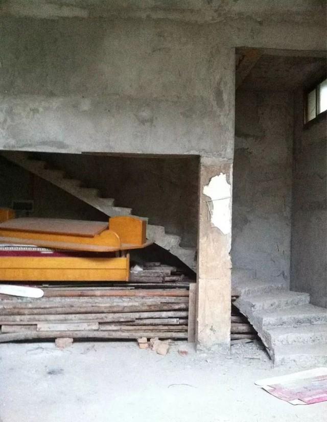 Mẹ đơn thân cùng hai con bỏ phố về quê, tận dụng áo len hỏng cùng gỗ tái chế để cải tạo ngôi nhà cũ thành không gian sống yên bình - Ảnh 3.