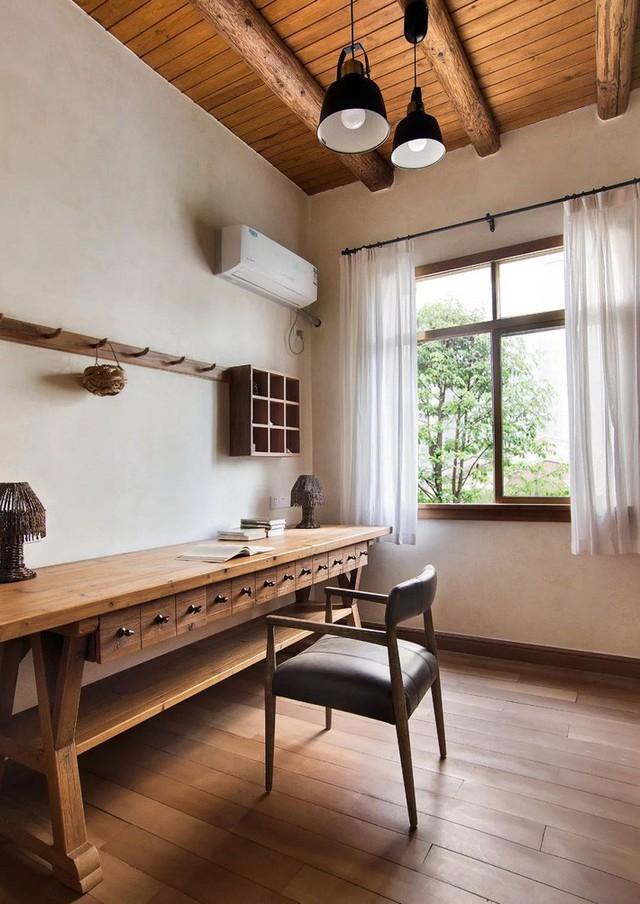 Mẹ đơn thân cùng hai con bỏ phố về quê, tận dụng áo len hỏng cùng gỗ tái chế để cải tạo ngôi nhà cũ thành không gian sống yên bình - Ảnh 25.