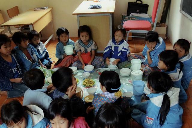 Bữa cơm trưa tiếp sức ước mơ con chữ của trẻ em vùng cao - Ảnh 1.