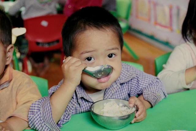 Bữa cơm trưa tiếp sức ước mơ con chữ của trẻ em vùng cao - Ảnh 3.