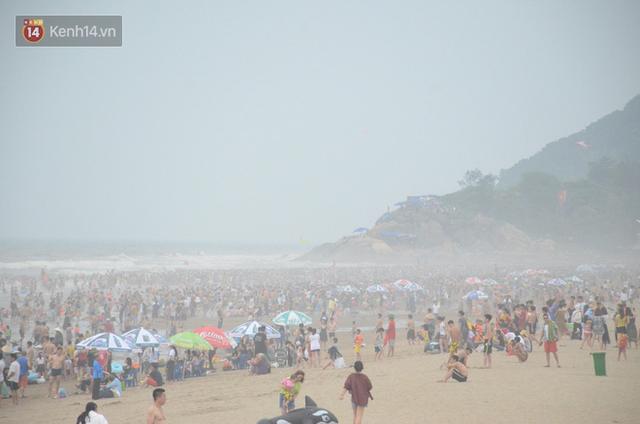 Ảnh: Biển Sầm Sơn đục ngầu, hàng vạn người vẫn chen chúc vui chơi dịp lễ 30/4 - 1/5 - Ảnh 3.