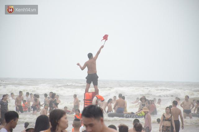 Ảnh: Biển Sầm Sơn đục ngầu, hàng vạn người vẫn chen chúc vui chơi dịp lễ 30/4 - 1/5 - Ảnh 14.