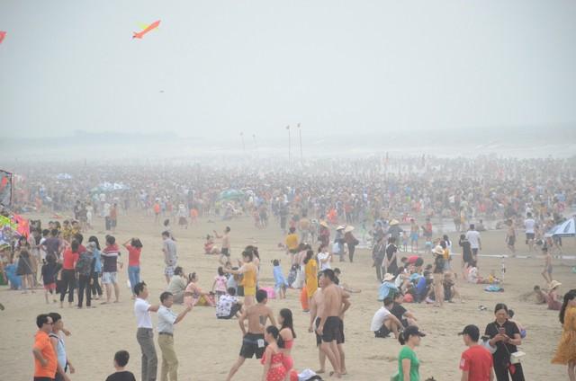 Ảnh: Biển Sầm Sơn đục ngầu, hàng vạn người vẫn chen chúc vui chơi dịp lễ 30/4 - 1/5 - Ảnh 4.