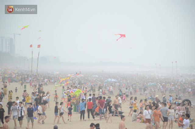 Ảnh: Biển Sầm Sơn đục ngầu, hàng vạn người vẫn chen chúc vui chơi dịp lễ 30/4 - 1/5 - Ảnh 5.