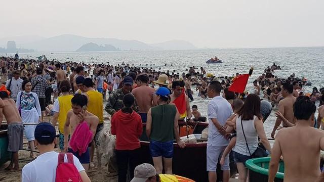Hơn 2 vạn người trên bãi biển Cửa Lò, khách sạn cháy phòng - Ảnh 4.
