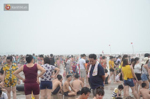 Ảnh: Biển Sầm Sơn đục ngầu, hàng vạn người vẫn chen chúc vui chơi dịp lễ 30/4 - 1/5 - Ảnh 6.