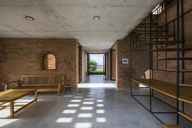 Không gian trong nhà thoáng mát với chất liệu gạch và sàn xi măng