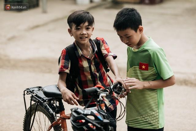 103 triệu đồng cho đôi dép khét lẹt và chiếc xe đạp vượt 103 km của cậu bé Sơn La: Sự tử tế của những người xa lạ - Ảnh 12.