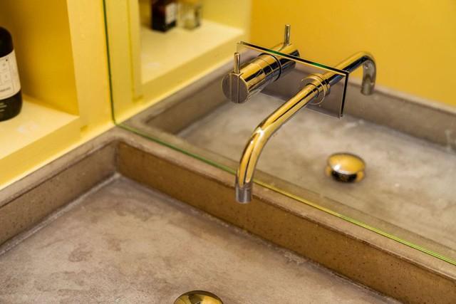 Cải tạo căn hộ gần trăm tuổi thành nơi ở hiện đại nhờ sắc vàng ấm áp - Ảnh 3.