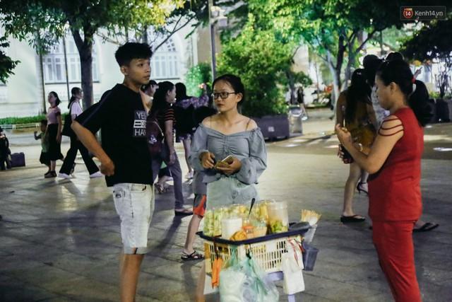 Còn đâu phố đi bộ Nguyễn Huệ: Hàng rong bủa vây, ghế nhựa tràn lan lối đi cho khách ngồi ăn uống - Ảnh 5.