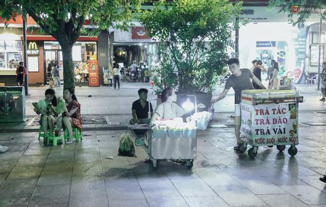 Còn đâu phố đi bộ Nguyễn Huệ: Hàng rong bủa vây, ghế nhựa tràn lan lối đi cho khách ngồi ăn uống - Ảnh 3.