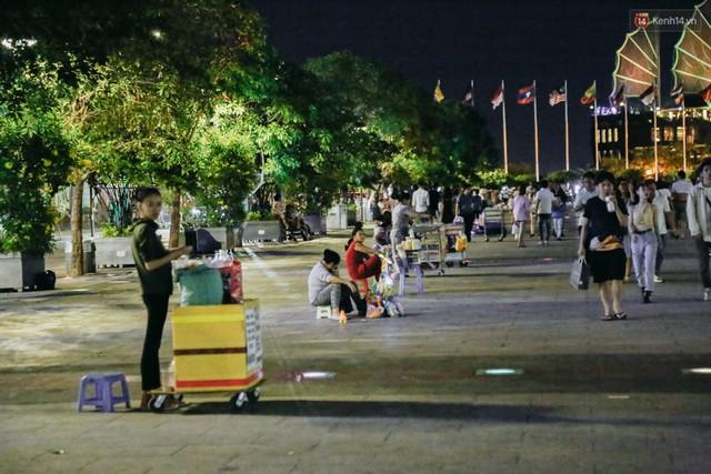 Còn đâu phố đi bộ Nguyễn Huệ: Hàng rong bủa vây, ghế nhựa tràn lan lối đi cho khách ngồi ăn uống - Ảnh 15.