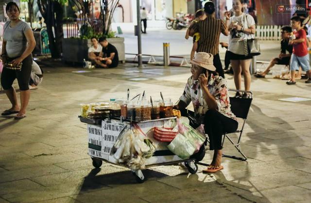 Còn đâu phố đi bộ Nguyễn Huệ: Hàng rong bủa vây, ghế nhựa tràn lan lối đi cho khách ngồi ăn uống - Ảnh 16.