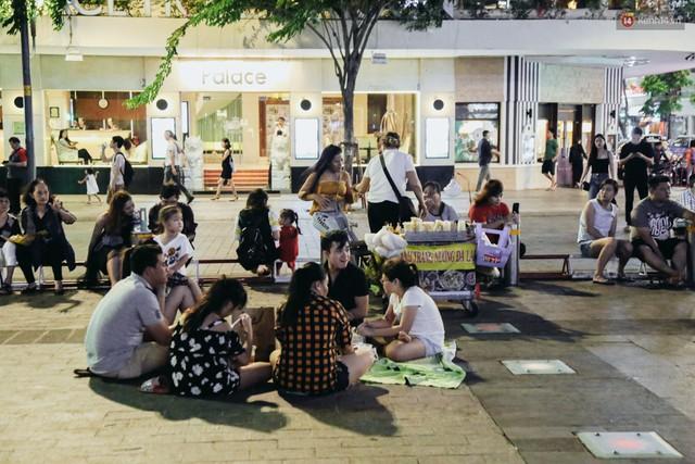 Còn đâu phố đi bộ Nguyễn Huệ: Hàng rong bủa vây, ghế nhựa tràn lan lối đi cho khách ngồi ăn uống - Ảnh 6.