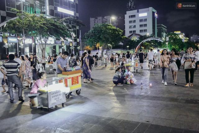 Còn đâu phố đi bộ Nguyễn Huệ: Hàng rong bủa vây, ghế nhựa tràn lan lối đi cho khách ngồi ăn uống - Ảnh 7.