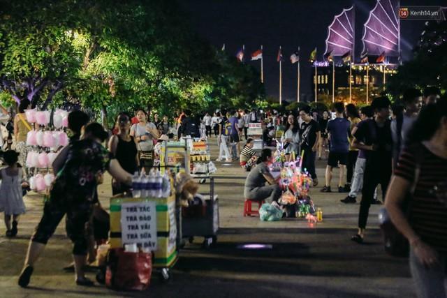 Còn đâu phố đi bộ Nguyễn Huệ: Hàng rong bủa vây, ghế nhựa tràn lan lối đi cho khách ngồi ăn uống - Ảnh 8.