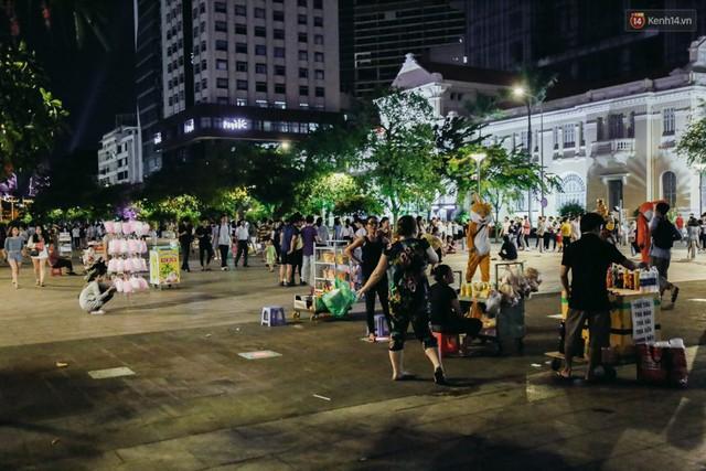 Còn đâu phố đi bộ Nguyễn Huệ: Hàng rong bủa vây, ghế nhựa tràn lan lối đi cho khách ngồi ăn uống - Ảnh 9.