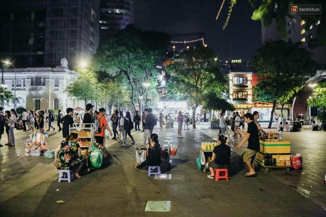 Còn đâu phố đi bộ Nguyễn Huệ: Hàng rong bủa vây, ghế nhựa tràn lan lối đi cho khách ngồi ăn uống - Ảnh 10.