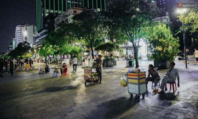 Còn đâu phố đi bộ Nguyễn Huệ: Hàng rong bủa vây, ghế nhựa tràn lan lối đi cho khách ngồi ăn uống - Ảnh 13.