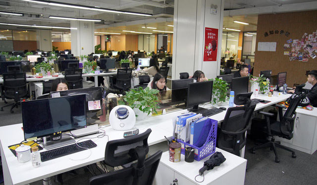 Nghề đang hot ở Trung Quốc: 'Lao công' online căng mắt xem livestream để dọn dẹp nội dung xấu, từ hút thuốc, xăm trổ đến ăn mặc mát mẻ - Ảnh 3.