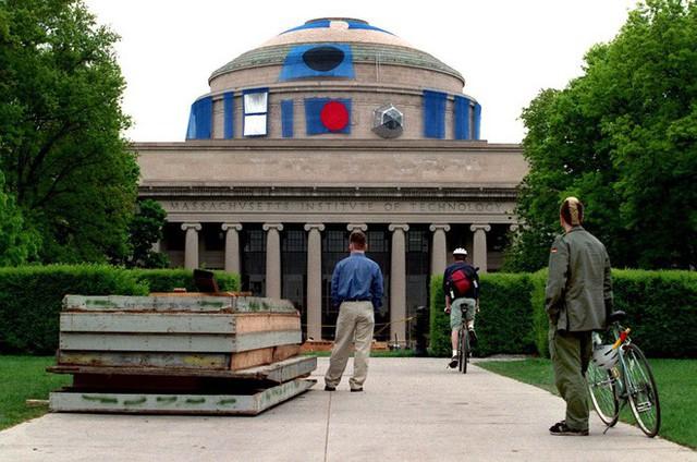 Một nhóm fan Marvel biến Mái vòm Lớn của MIT thành khiên vibranium khổng lồ để tri ân Captain America - Ảnh 2.