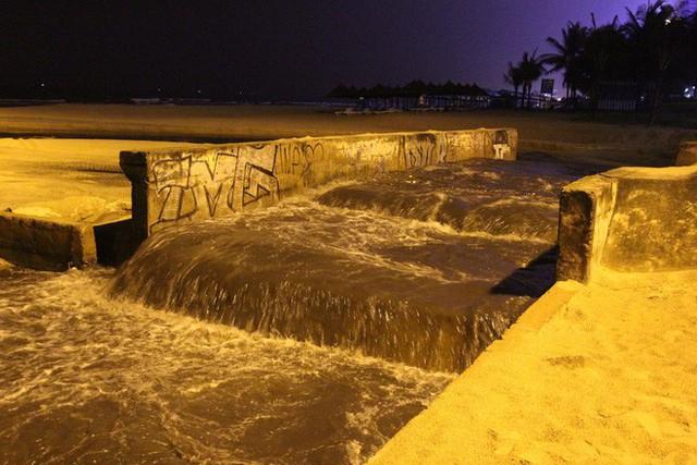 Hàng loạt bãi biển nổi tiếng tại Việt Nam kêu cứu vì dòng nước thải bẩn xả thẳng từ các hệ thống cống thoát nước - Ảnh 2.