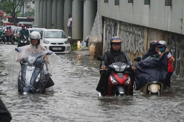 Hàng loạt tuyến đường ở TP HCM đang ngập sâu!  - Ảnh 1.
