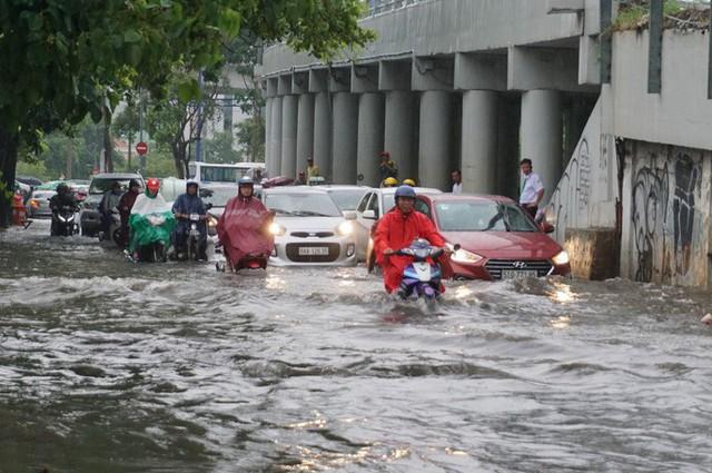 Hàng loạt tuyến đường ở TP HCM đang ngập sâu! - Ảnh 2.