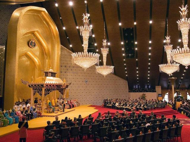Sở hữu 500 siêu xe Rolls-Royce, Quốc vương Brunei sống xa hoa như thế nào? - Ảnh 11.