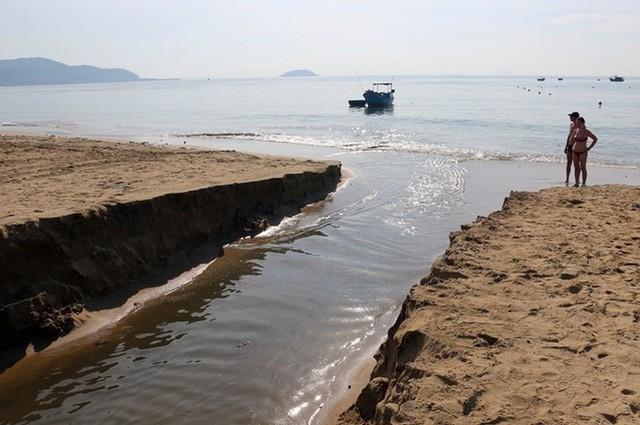 Hàng loạt bãi biển nổi tiếng tại Việt Nam kêu cứu vì dòng nước thải bẩn xả thẳng từ các hệ thống cống thoát nước - Ảnh 4.