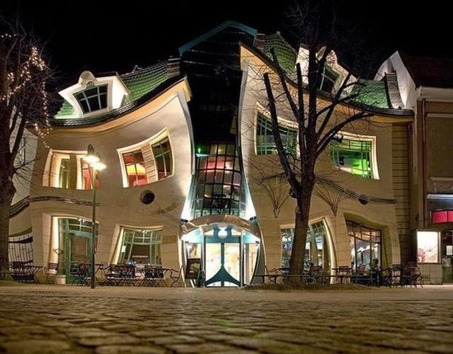 Đây là Krzywy Domek - Toà nhà tại Ba Lan có thiết kế xiêu vẹo, nhìn vào như đang bị ảo giác - Ảnh 4.