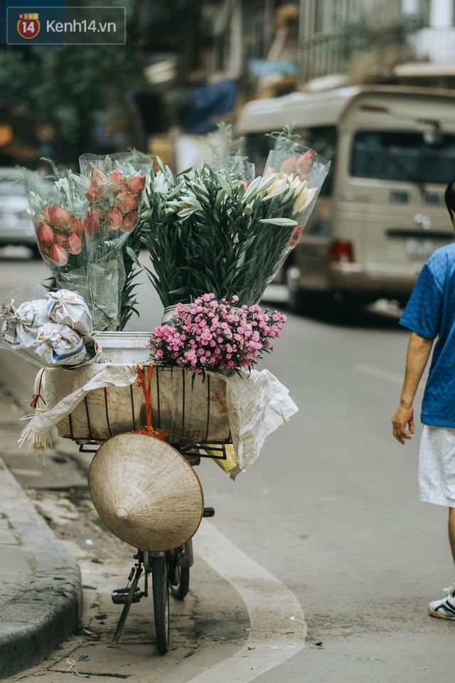 Chiều chiều đảo vài vòng giữa phố xá Hà Nội mà ngỡ như cuối Đông - Tết sắp về - Ảnh 2.