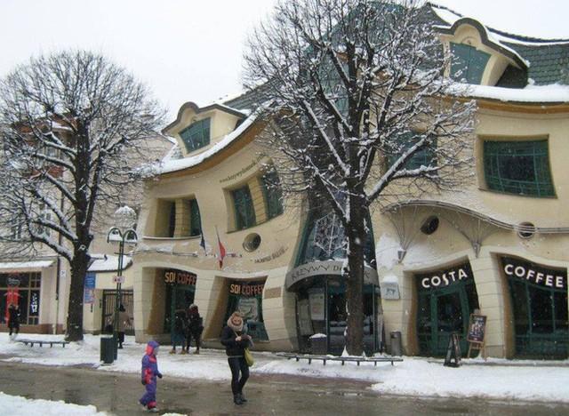Đây là Krzywy Domek - Toà nhà tại Ba Lan có thiết kế xiêu vẹo, nhìn vào như đang bị ảo giác - Ảnh 5.