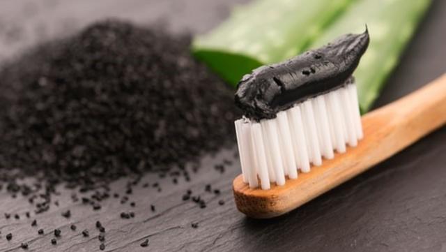 Tạp chí nha khoa Anh Quốc: Kem đánh răng chứa than hoạt tính không làm trắng răng, thậm chí có hại - Ảnh 3.