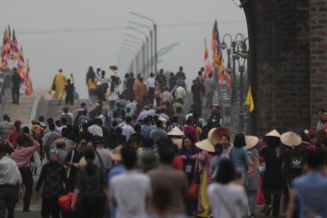 Hàng vạn người dân nườm nượp về Tam Chúc dự Đại lễ Phật đản 2019 - Ảnh 7.