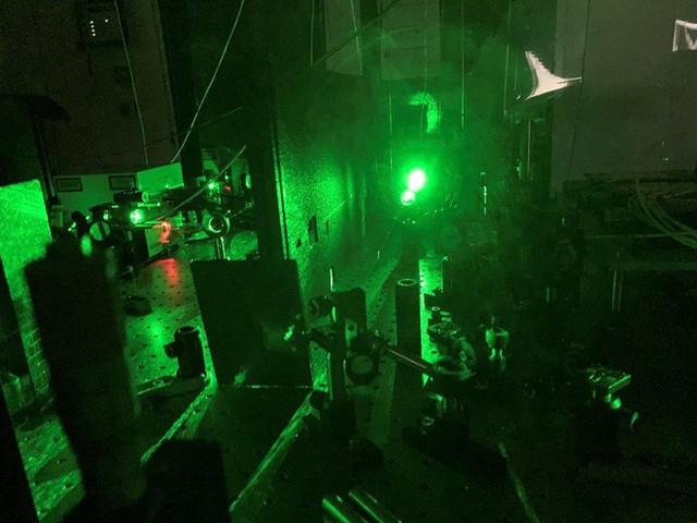 Sử dụng ánh sáng phát ra từ các hạt kim cương siêu nhỏ, Tiến sĩ người Việt đo được nhiệt độ ở kích thước nano - Ảnh 3.