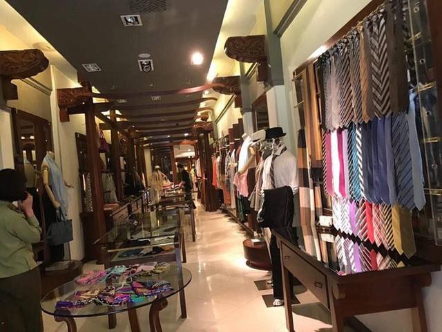 Sau hai năm đóng cửa, cửa hàng KhaiSilk tu sửa, gỡ biển hiệu - Ảnh 7.