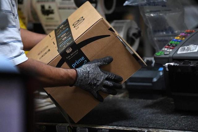 Amazon triển khai máy đóng hàng: nhanh gấp 5 người, 2 máy thay được 24 nhân sự, hoàn vốn sau 2 năm, giá 1 triệu đô/máy - Ảnh 1.