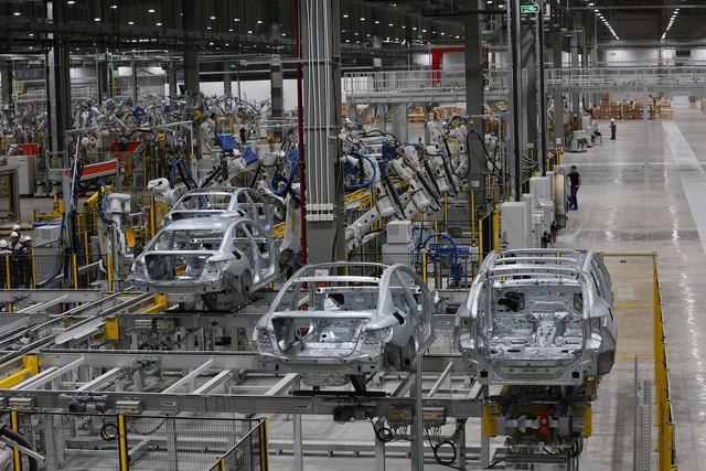 Hé lộ hình ảnh bên trong nhà máy sản xuất ô tô sắp khánh thành của VinFast - Ảnh 2.