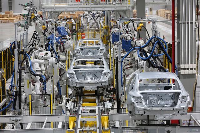 Hé lộ hình ảnh bên trong nhà máy sản xuất ô tô sắp khánh thành của VinFast - Ảnh 3.