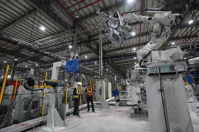 Hé lộ hình ảnh bên trong nhà máy sản xuất ô tô sắp khánh thành của VinFast - Ảnh 4.