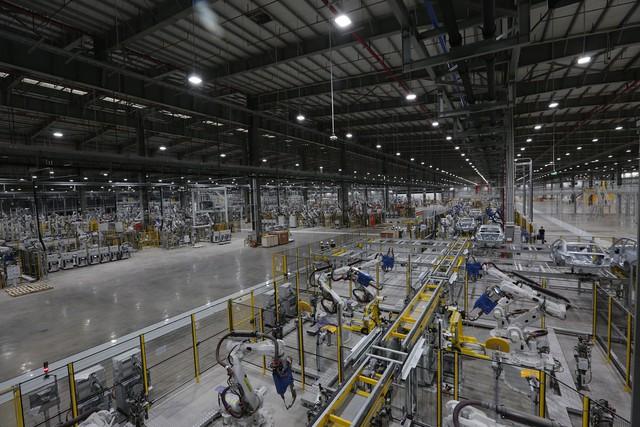 Hé lộ hình ảnh bên trong nhà máy sản xuất ô tô sắp khánh thành của VinFast - Ảnh 10.