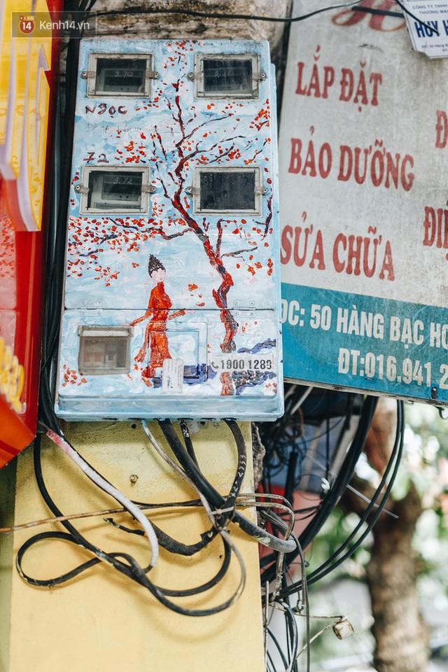 Ngộ nghĩnh và đáng yêu với những bức tranh được vẽ lên các hộp điện cũ kỹ ở phố cổ Hà Nội, tác giả là một gương mặt lạ mà quen - Ảnh 7.