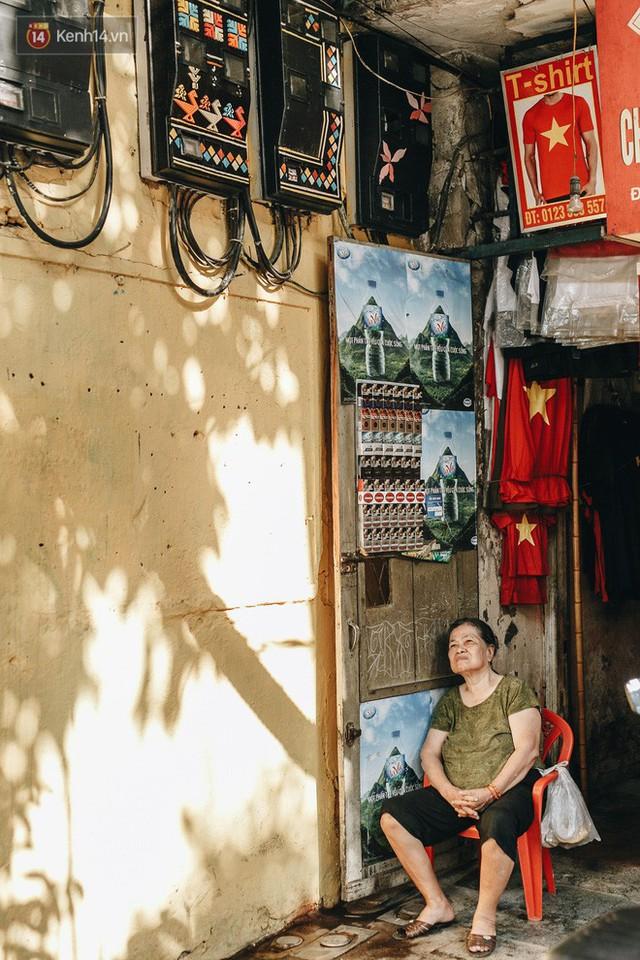 Ngộ nghĩnh và đáng yêu với những bức tranh được vẽ lên các hộp điện cũ kỹ ở phố cổ Hà Nội, tác giả là một gương mặt lạ mà quen - Ảnh 10.